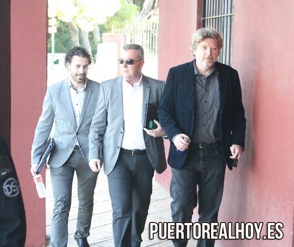 Juan Carlos Martínez (centro) y Jesús Plaza (Izquierda) entrando en los Juzgados de Puerto Real.