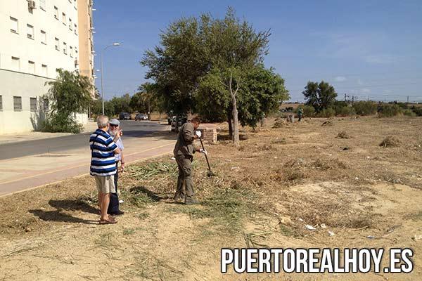 Díaz, durante la última limpieza de la zona cercana a la vía del tren.