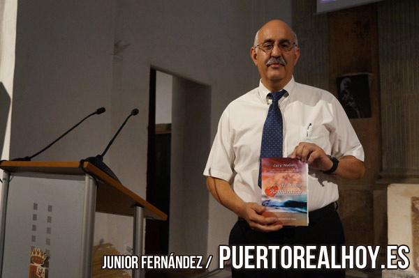 """Luty Molíns posa con su último libro """"El último romántico"""". / Foto: Junior Fernández"""