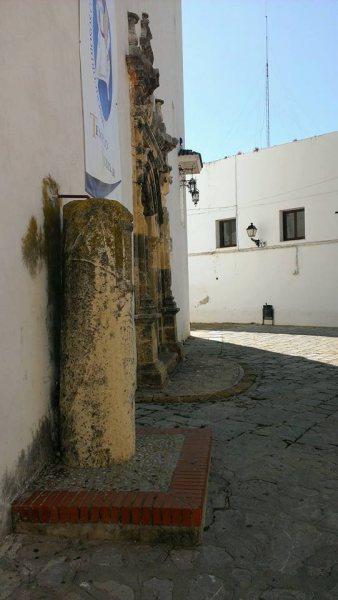 Detalle lateral de la Portada de las Novias y la Columna Fundacional. / Foto: Manuel J. Parodi