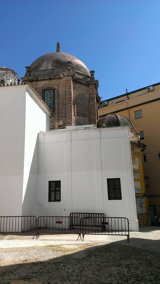 Ala de la Prioral con la capilla Sacramental del templo, donde se encuentra la única cripta accesible de la iglesia, que, aunque sin función funeraria conocida alberga la lápida funeraria de los condes de Vegaflorida