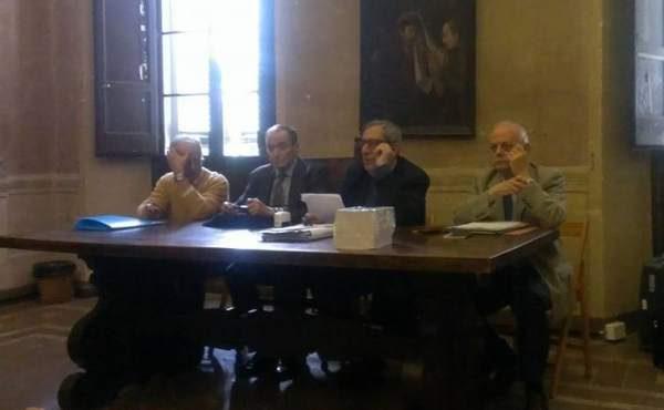 De derecha a izquierda, los profesores Sergio Ribichini, Attilio Mastino y Piero Bartoloni, secretario, presidente y presidente de Honor, respectivamente, de la SAIC Scuola Archeologica Italiana di Cartagine.