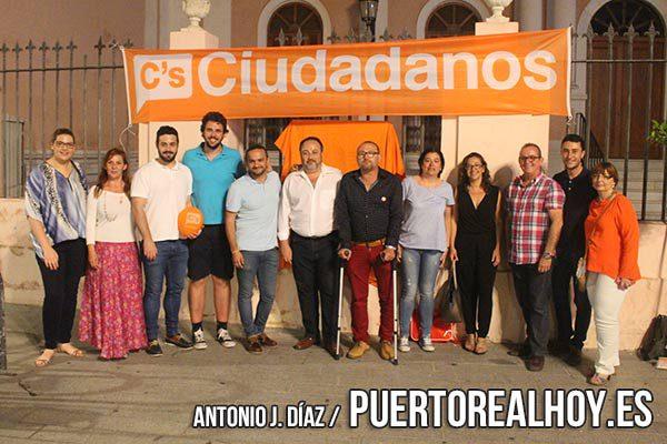 Los miembros de Ciudadanos en Puerto Real apoyando a Albert Rivera.