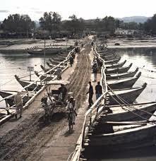 Puente de Barcas en la India. Siglo XX.
