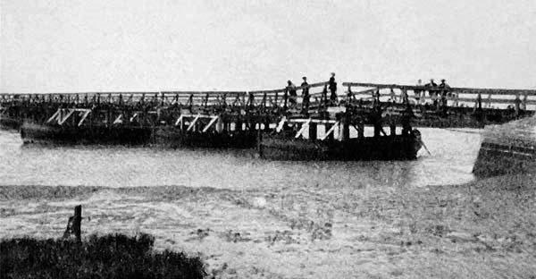 Puente de Barcas sobre el Caño Zurraque, en el Siglo XX.