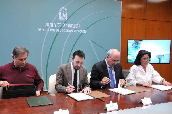 Fernando López Gil y Javier Sánchez Rojas durante la firma. Foto: Junta de Andalucía.