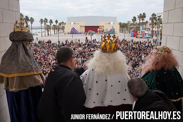 Los Reyes Magos desde el balcón del Ayuntamiento de Puerto Real.