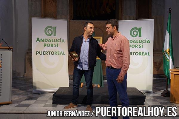 Tele Puerto Real recibiendo un premio de Joaquín Bellido, de Andalucía Por Sí.