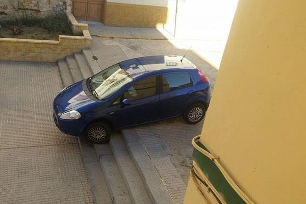 Un coche queda atrapado en las escaleras de la Calle Victoria.