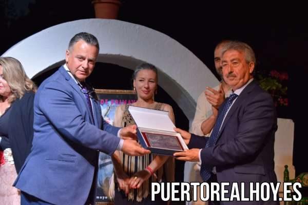 Juan Armario, Director de Tele Puerto Real, recibiendo el reconocimiento de la Peña 5x5.
