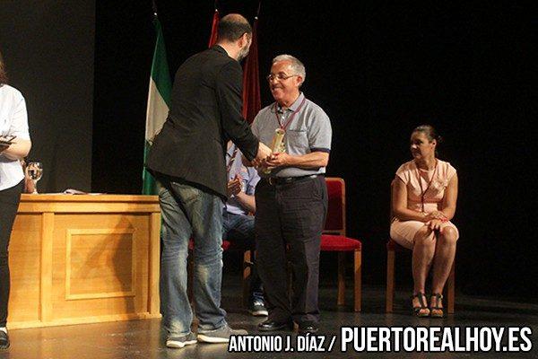 Pepe González, hijo de Francisco González, recogiendo su galardón.