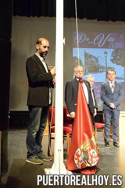 Antonio Romero izando la bandera de Puerto Real.