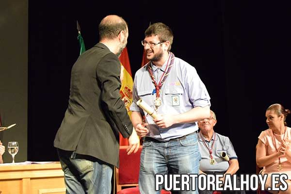 Ignacio De la Fuente recoge el premio de manos de Antonio Romero.