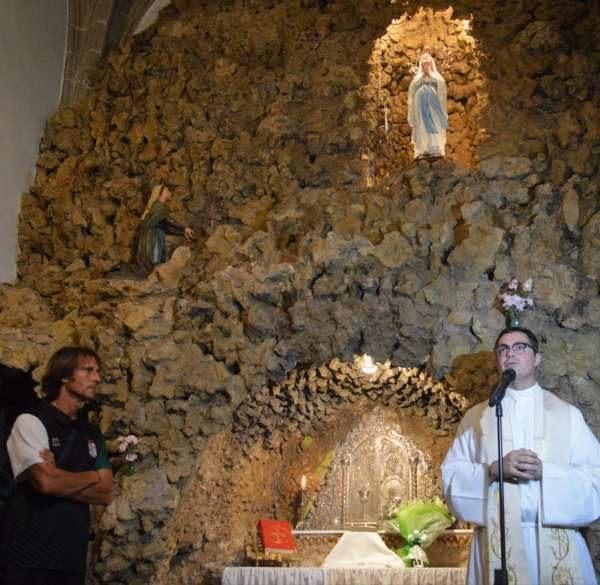 El padre Jose Carlos Mellado Gonzalez oficiando la ofrenda.