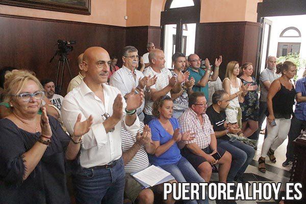 Miembros del PA y AxSí en el salón de plenos aplaudiendo a Maribel Peinado.