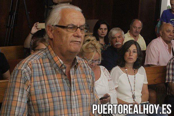 Antonio Bohórquez, Presidente del Puerto Real CF, ante la mirada de Maribel Peinado.