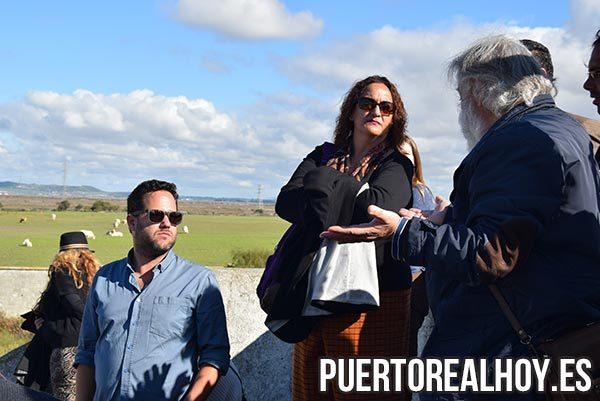 José Ignacio García (Izq.) y Ángela Aguilera (Dcha.) escuchando la explicación de Juanma Barrios.