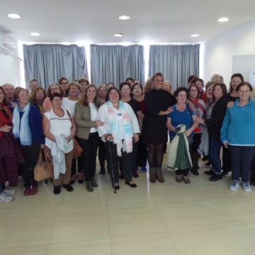 Irene García y Elena Amaya con las socias de AFIPRE Puerto Real.