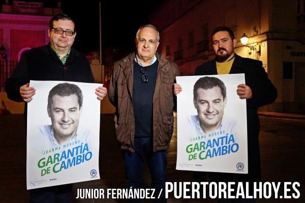 Miembros del Partido Popular mostrando su apoyo a Juanma Moreno.